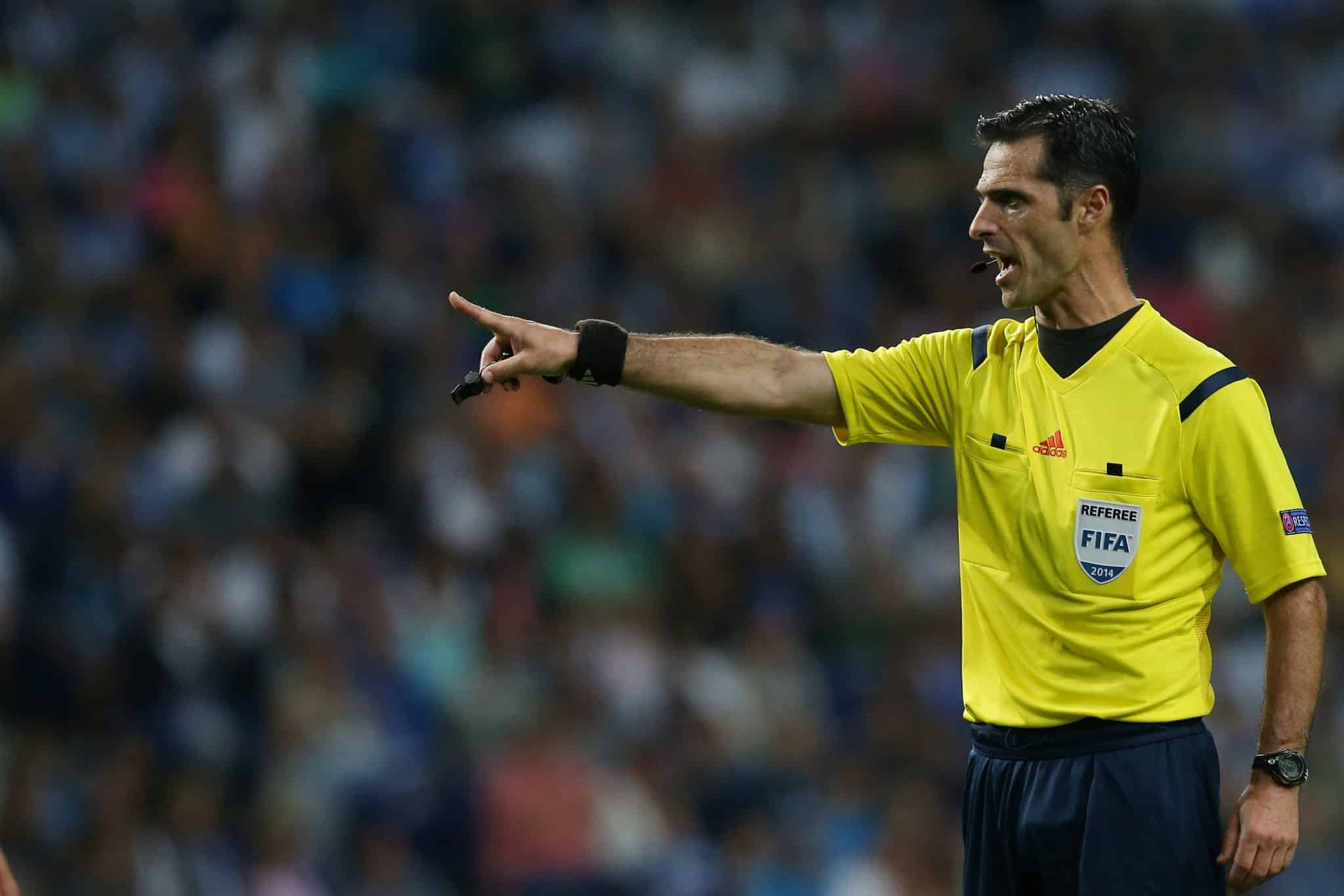 Sporting oferece a camisolinha ao árbitro no clássico