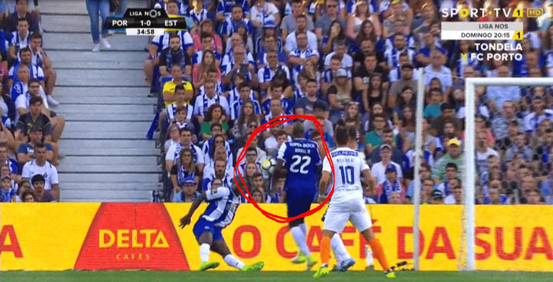 43adf515fa FC Porto beneficiado no 1º golo. Video-árbitro não deu penalti para o  Estoril e não anulou o golo do FC Porto
