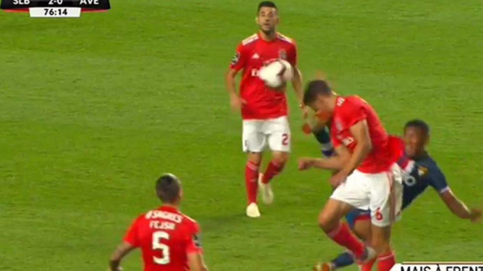11d0449fa8 Vídeo  Os lances mais polémicos do SL Benfica-D. Aves que o árbitro da AF  Porto não viu